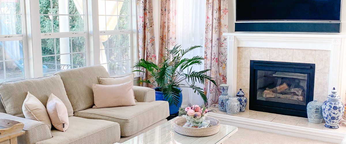 neutral_livingroom_pink_botanical_curtains_beige_rug_chinoiserie_french_country_coffeetable_with_large_windows